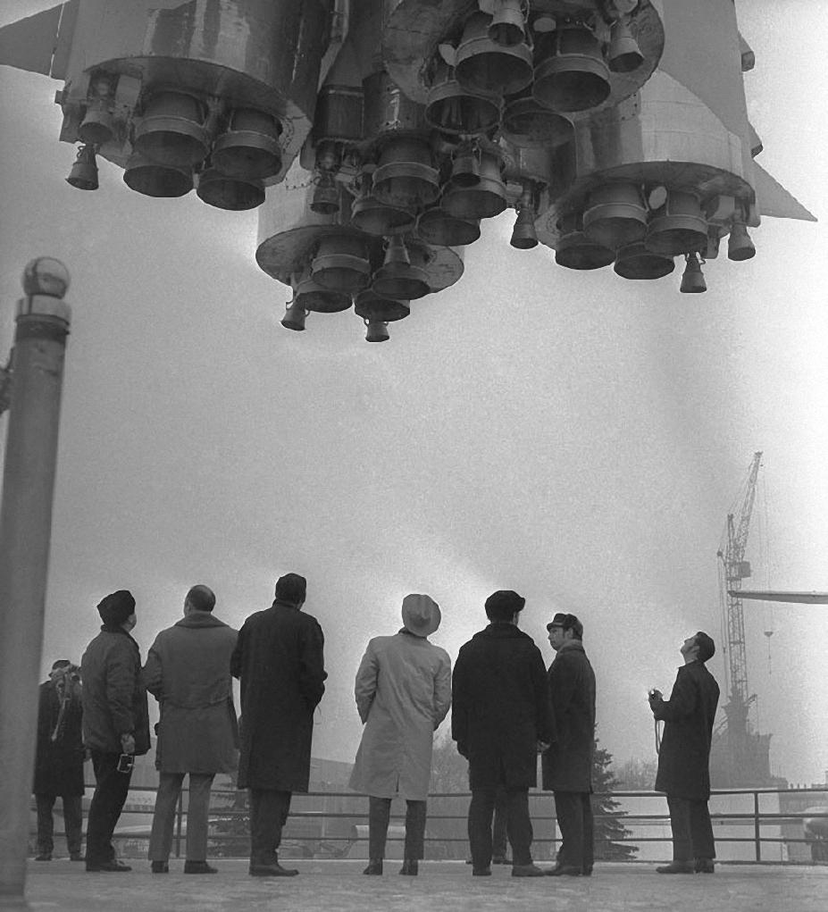 1974. Члены делегации NASA осматривают ракету-носитель «Восток»