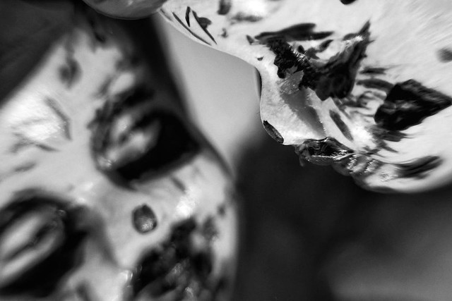 Spiegelung Schwarz Weiß Makro Kunst Fotografie Skulptur Portrait Halloween 2 – Dutch Angle.