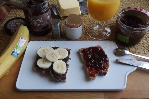 Zartbitter-Creme mit Banane und Pflaumenmarmelade auf Dinkel-Quark-Brot