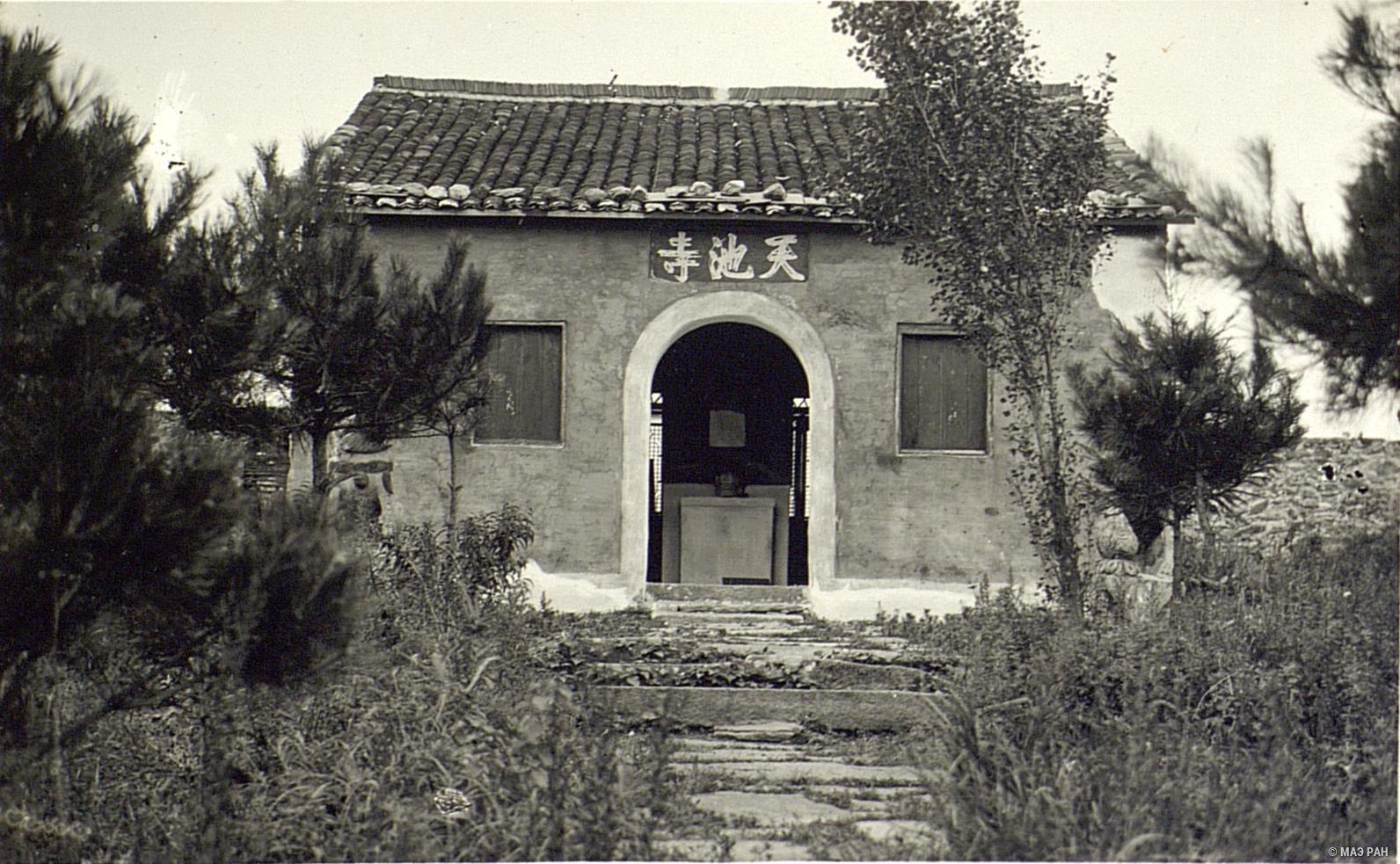 Вход в храм (кумирню) в Гулине