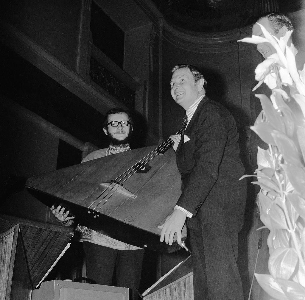 1973. Дэвид Рокфеллер с балалайкой-контрабас на гала-приеме в гостинице Метрополь в честь открытия московского отделения Chase Manhattan Bank в СССР