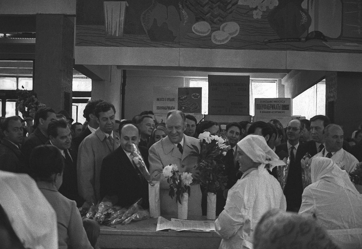 1972. Госсекретарь США Уильям Пирс Роджерс общается с москвичами на рынке