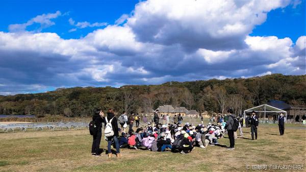 国立民族共生公園で「共生」精神を学習中の中学生