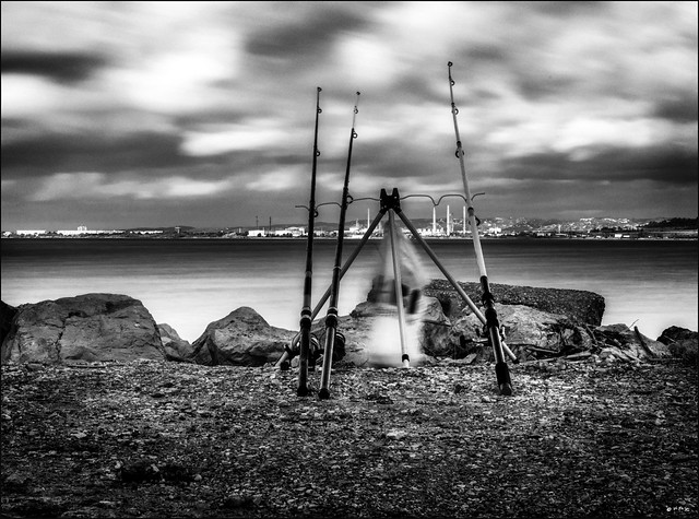 Cannes à pêche et cheminées / Fishing rods and chimneys