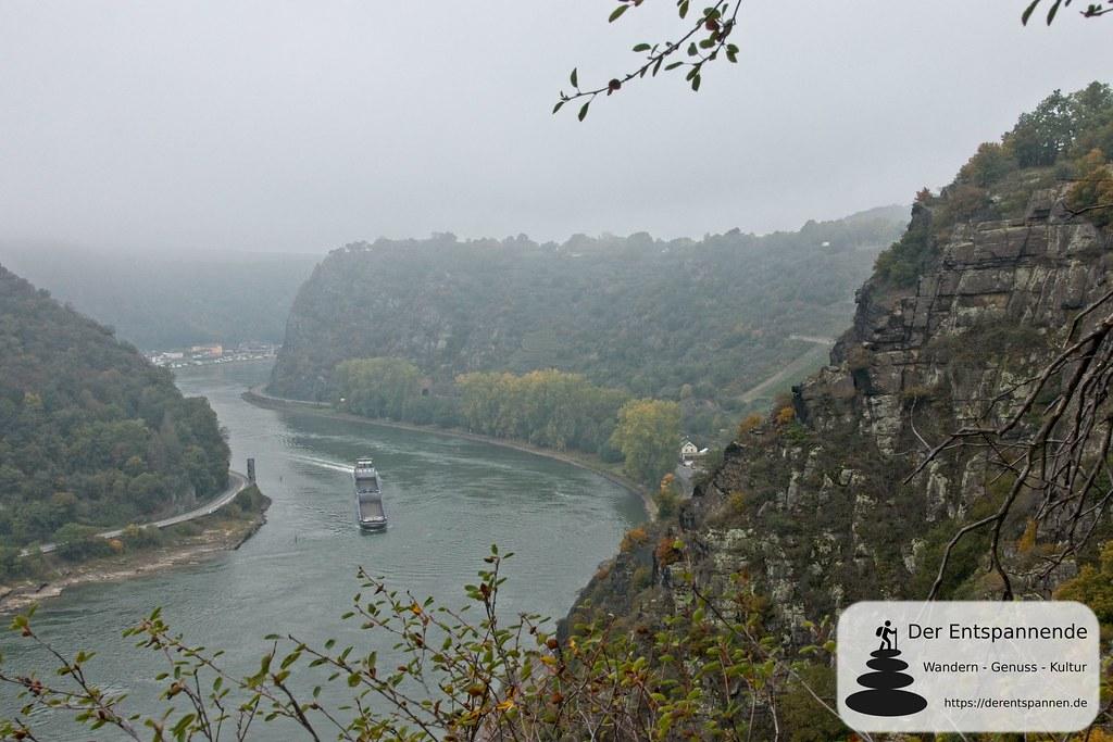 Blick auf das enge Rheintal und den Schiffsverkehr