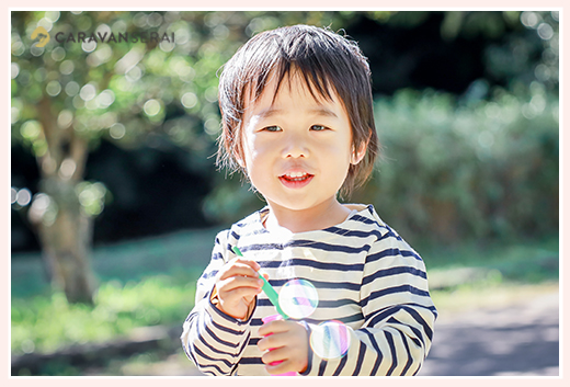 シャボン玉で遊ぶ男の子 3歳 ボーダーのシャツ