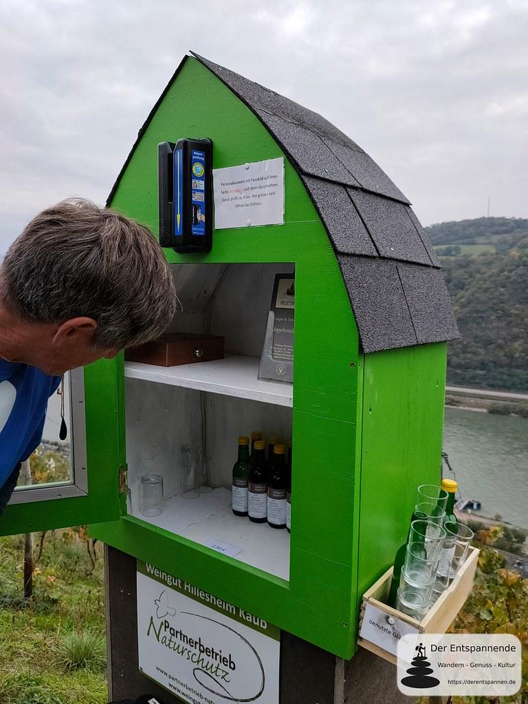 Auf dem Rheinsteig über Kaub: Weinschrank mit Altersprüfung des Personalausweises