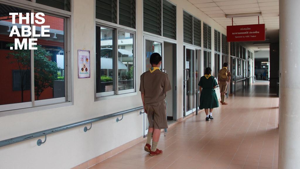นักเรียนตาบอดกำลังเรียนการใช้ไม้เท้าขาวในวิชา O&M