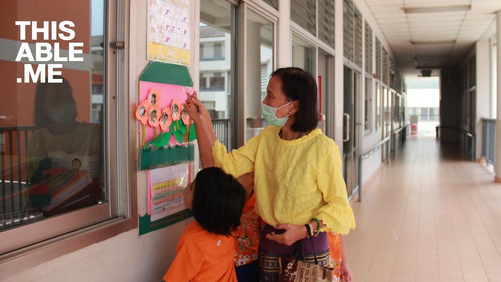 คุณครูพูดคุยกับนักเรียนตาบอด