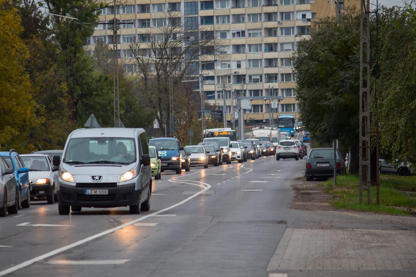 Miért vannak kilométeres dugók az Algyői úton?