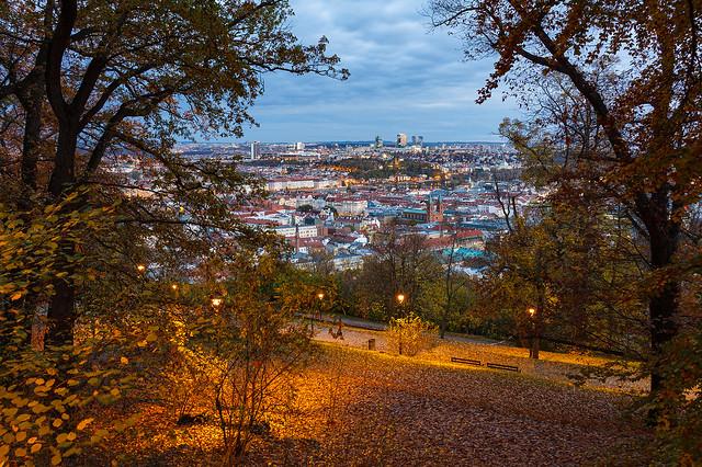 Podzimní korona večer na Petříně