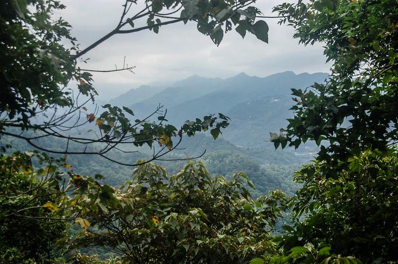 猿山山腰西南遠眺象、神、仙連稜