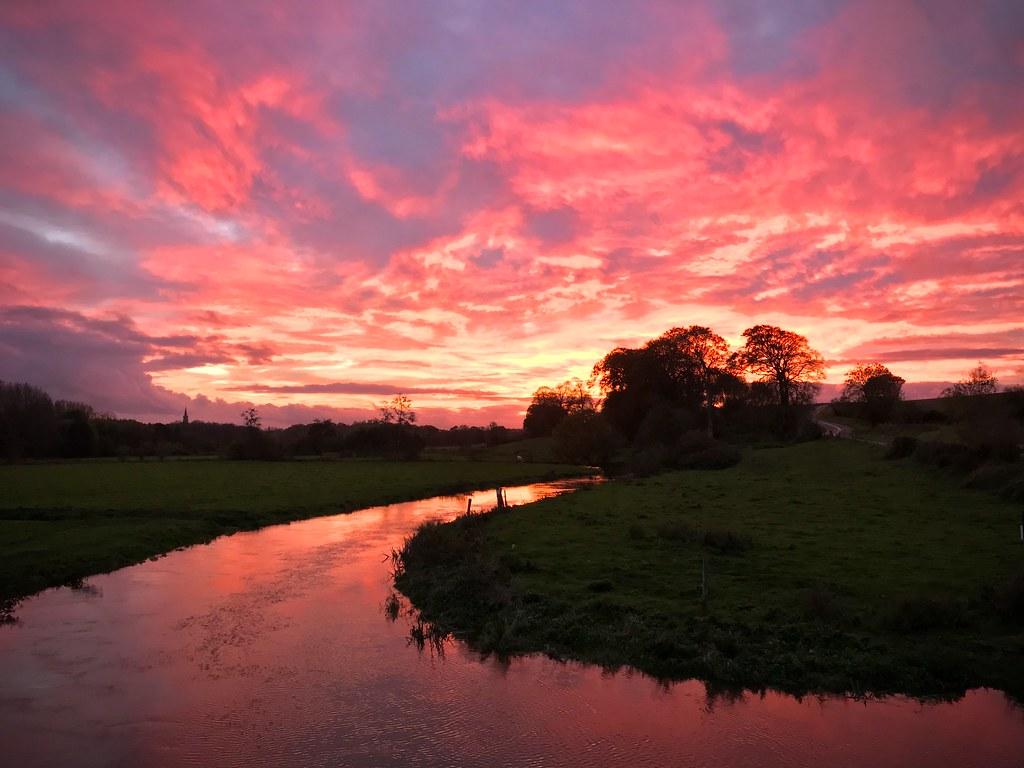 Coucher de soleil sur une rivière, la Seulles, dans le Calvados