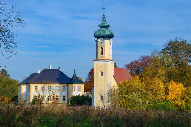 Herbststimmung, Schönburg ist  Ortsteil der Stadt Pocking im niederbayerischen Landkreis Passau. Schloss Schönburg. Die dreigeschossige Barockanlage mit kurzen Seitenflügeln an der Westfront wurde 1676 bis 1680 v. Freiherr Georg Adolf v. Schönburg erbaut.