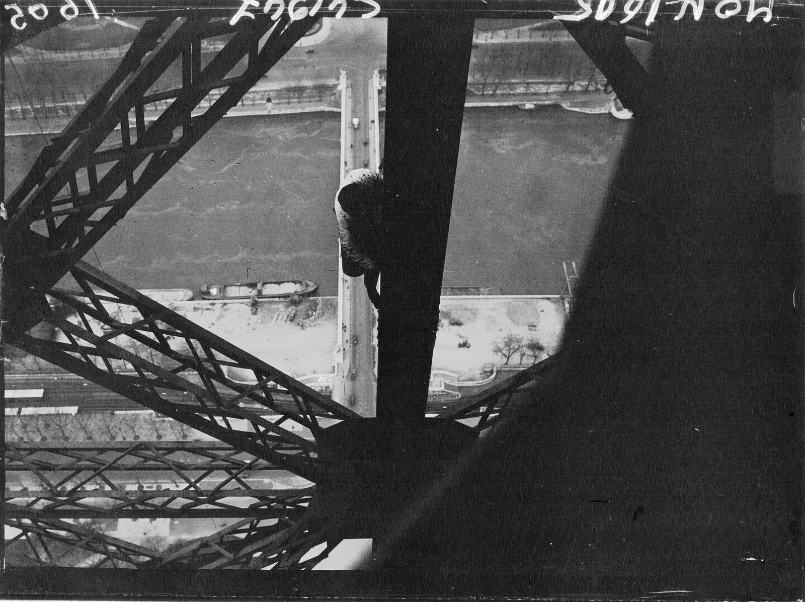 1932. Перекрашиваем Эйфелеву башню1