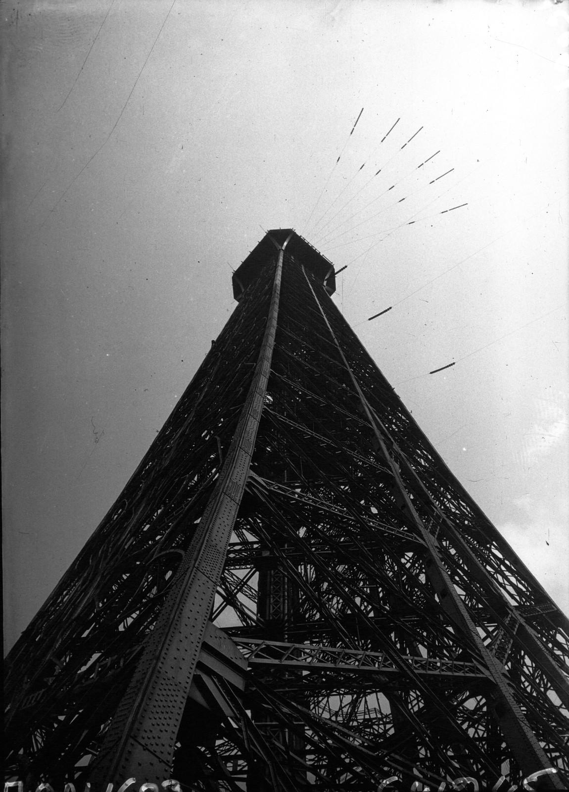 1932. Деформация Эйфелевой башни