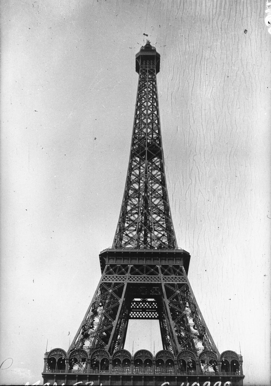 1932. Деформация Эйфелевой башня