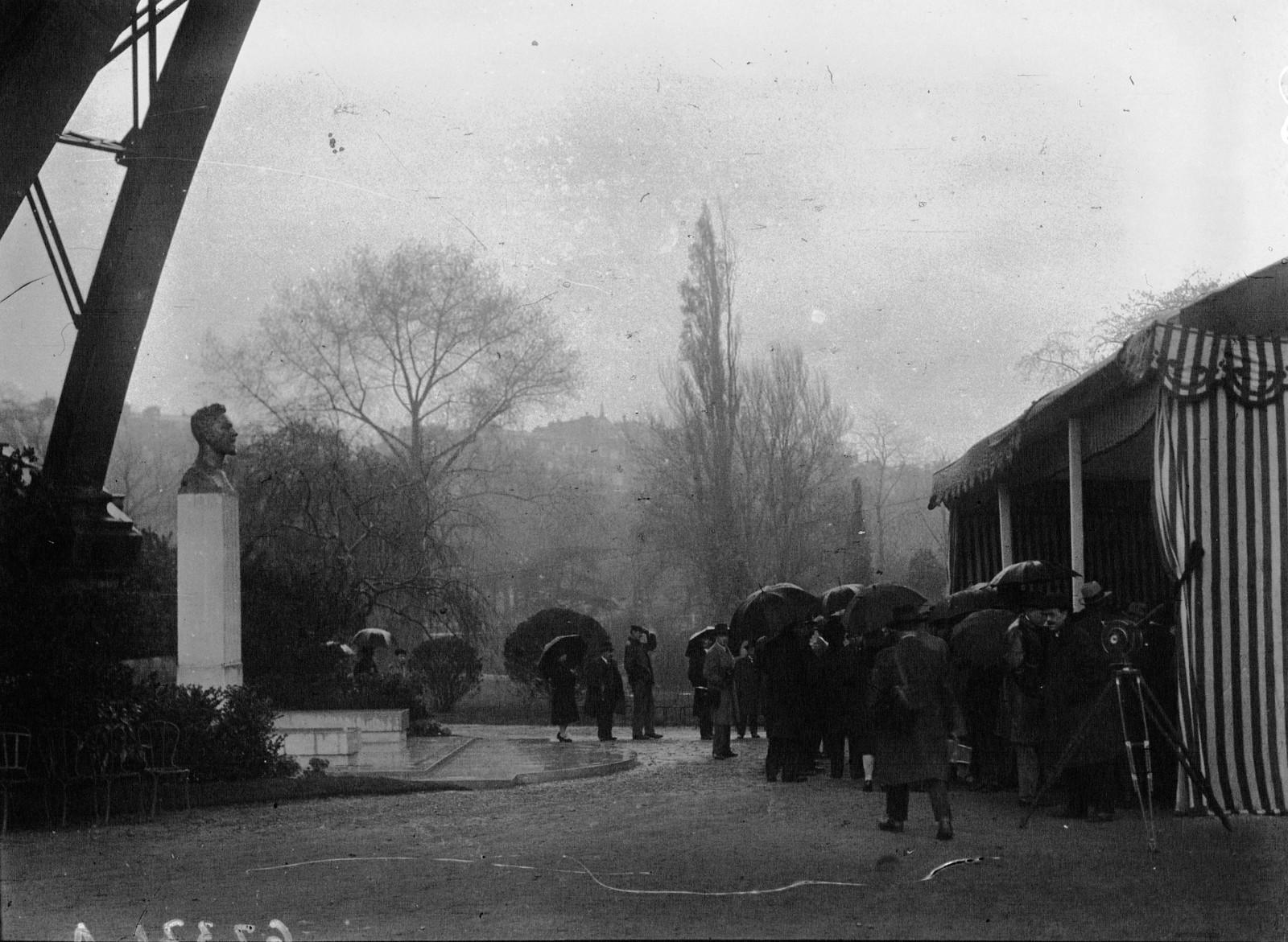 1929. Торжественное открытие статуи Эйфеля у основания башни