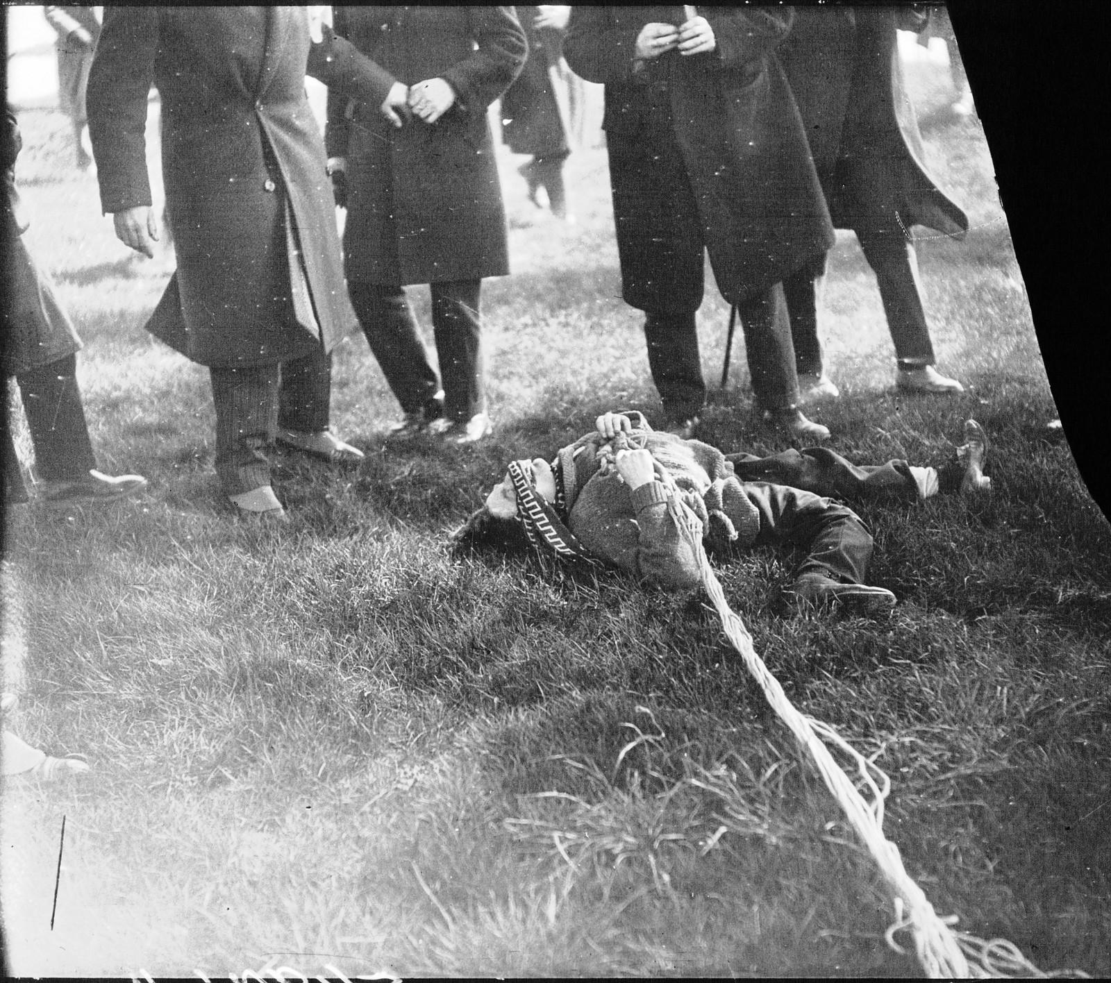 1928. Испытание нового парашюта на Эйфелевой башне. Марсель Гайо мертв