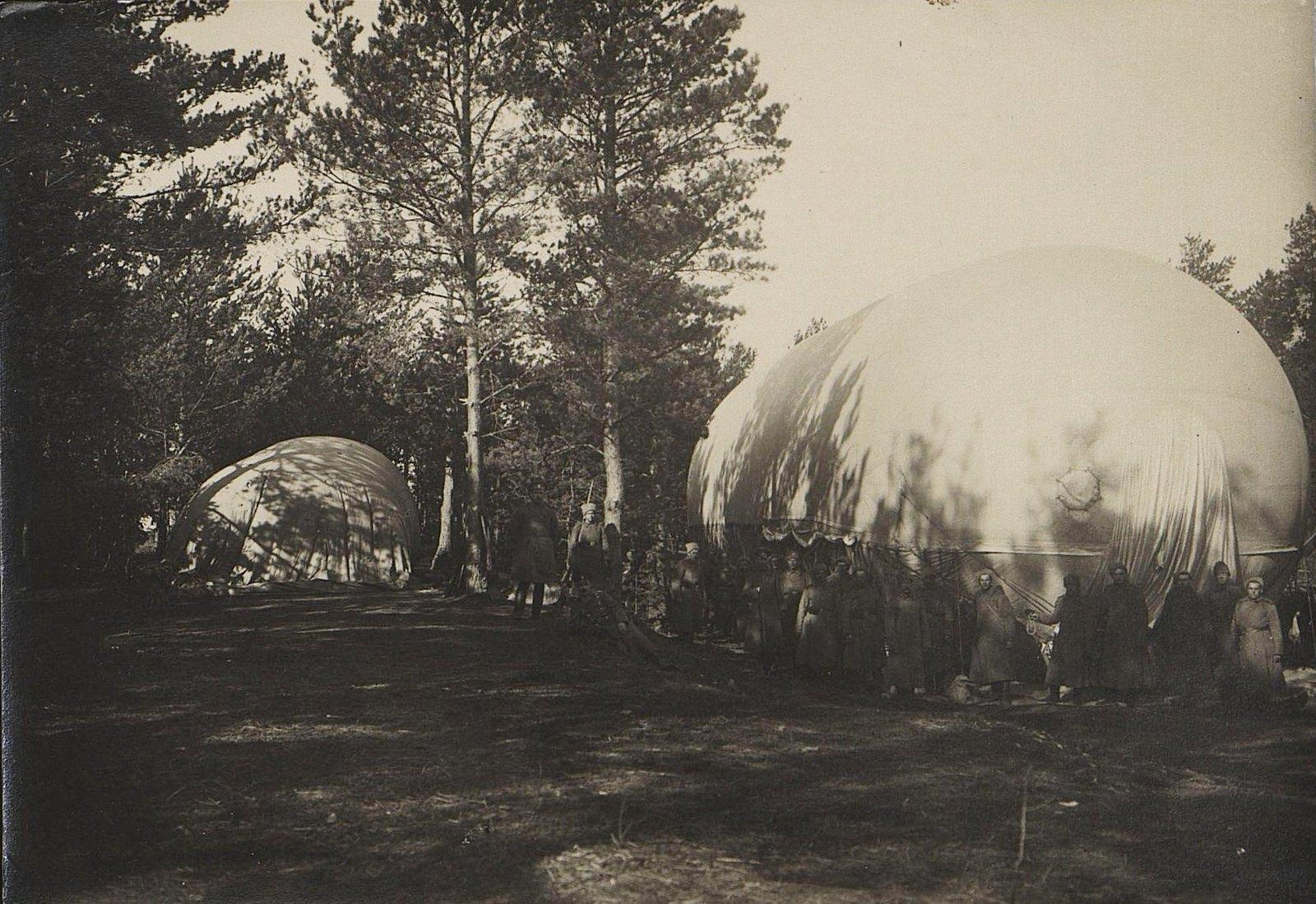 1916. Аэростаты в лесу