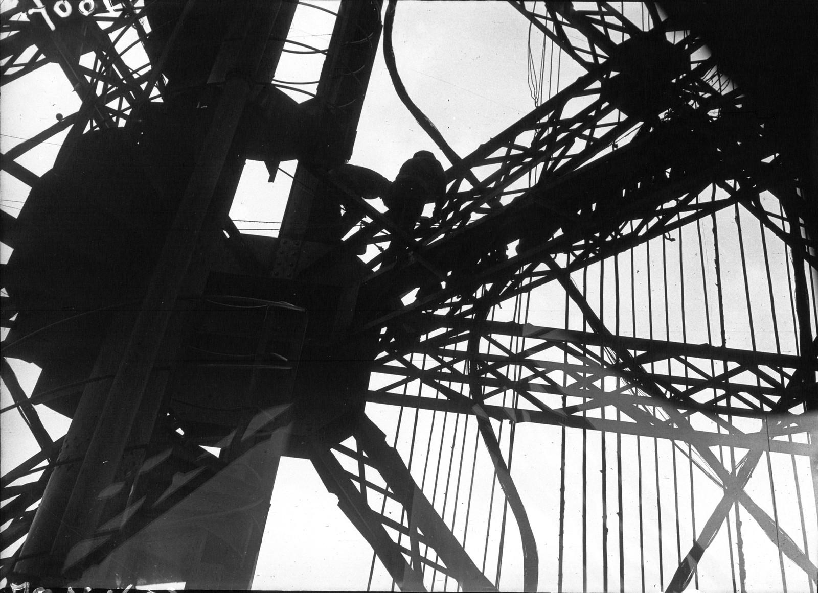 1932. Перекрашиваем Эйфелеву башню2