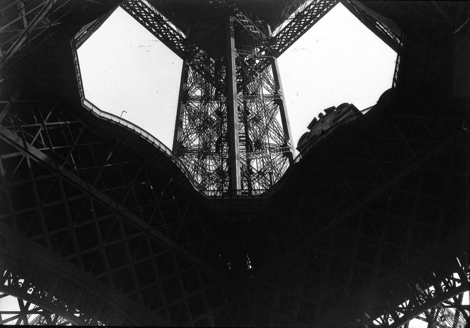 1932. Внутри Эйфелевой башни