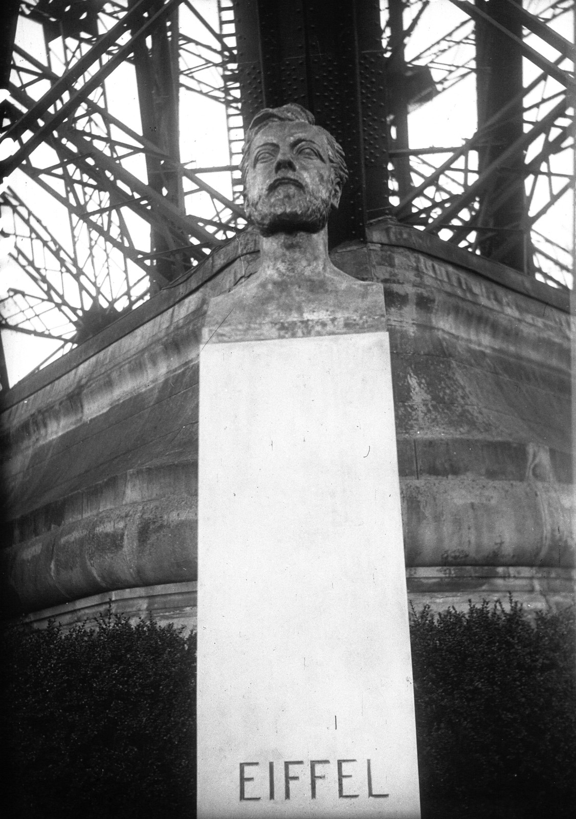 1929. Торжественное открытие статуи Эйфеля у основания башни1