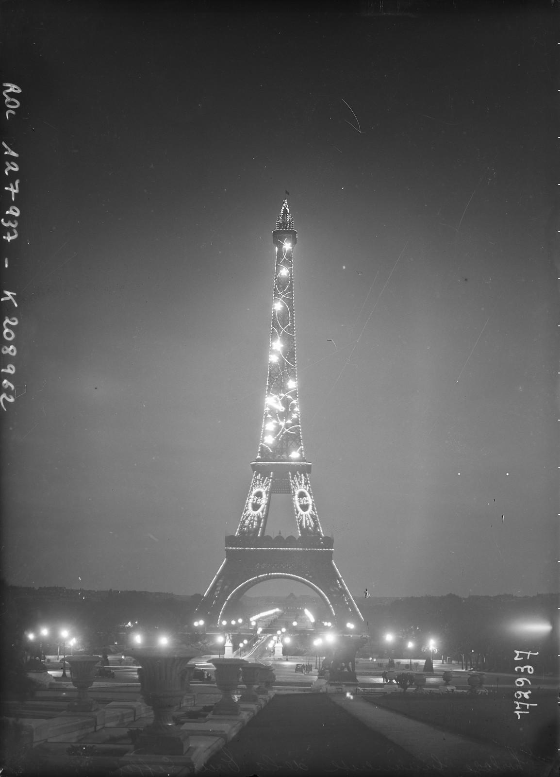 1928. Подсветка Эйфелевой башни