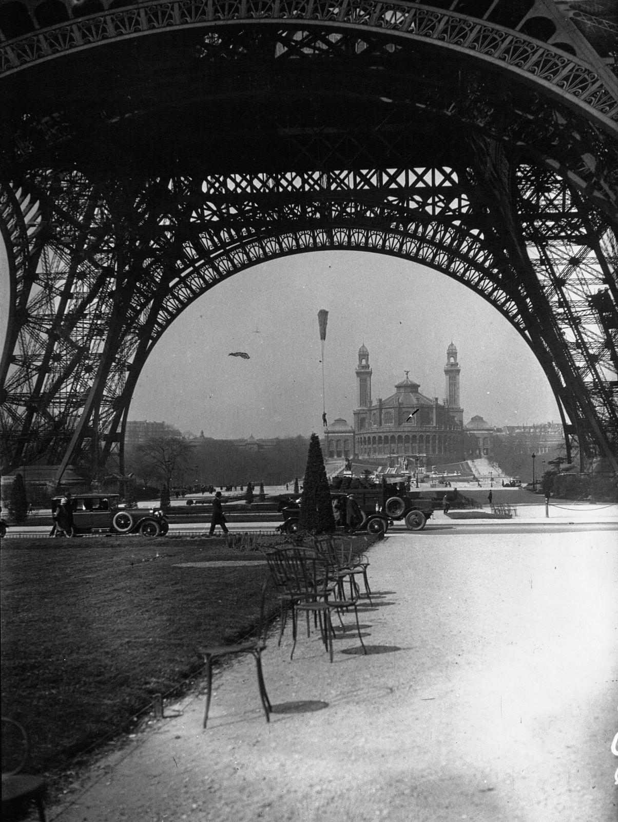 1928. Испытание нового парашюта на Эйфелевой башне