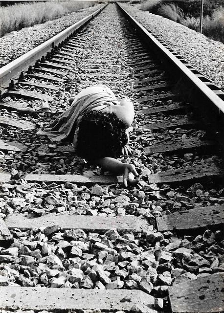 ענת אנגל anat angel צלמת פורטרט  עצמי אמנית שחור לבן  צילום סטודיו חוץ נשיות רומנטית אמנות ישראלית עכשווית מודרנית נשית אישה נשים  יוצרת פמניסטיות פמיניסטית  צילומים