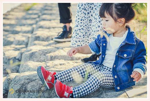 夕暮れ時 公園で地面に座る女の子