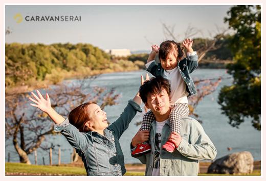 湖のほとりで家族写真 パパの肩車 西日が当たった夕暮れ時