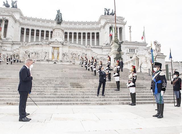 Il Ministro Guerini rende omaggio alla Bandiera nello schieramento interforze