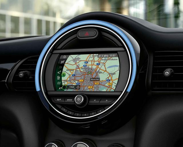 [新聞圖片四] MINI Cooper精工典藏版與MINI Cooper S傳奇致敬版皆升級MINI原廠導航系統與無線Apple CarPlay整合系統