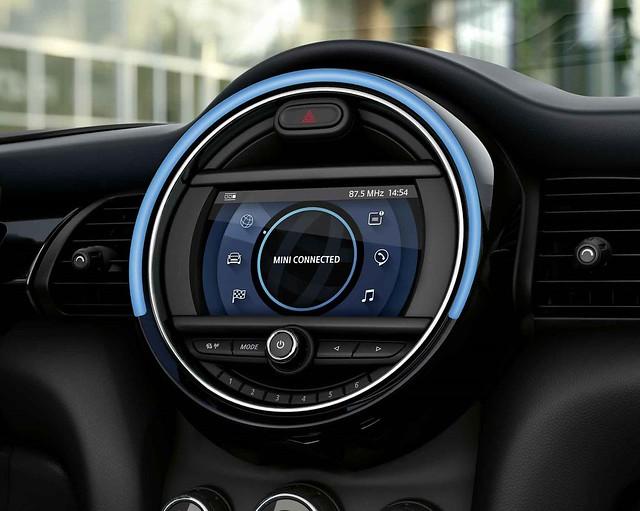 [新聞圖片九] MINI Cooper精工典藏版與MINI Cooper S傳奇致敬版皆升級MINI Connected智能緊急求助功能與遠距售後服務