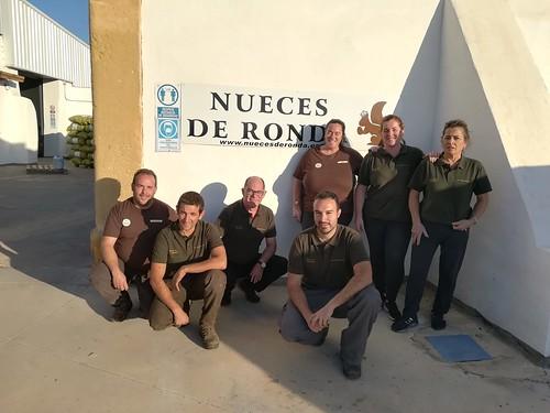 Álvaro Fernández, gerente de Nueces de Ronda, junto a algunos de los trabajadores de la finca