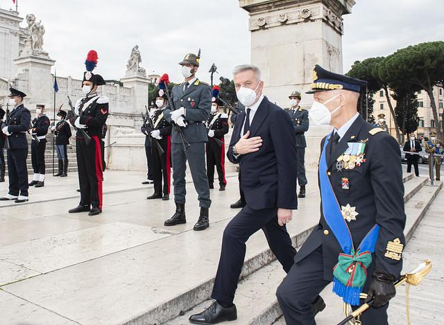 Il Ministro della Difesa Lorenzo Guerini giunge a piazza Venezia accompagnato dal Capo di Stato Maggiore della Difesa Gen. Enzo Vecciarelli