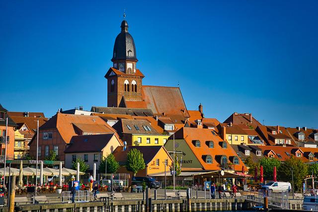 Waren/Müritz - Stadthafen, Altstadt mit Marienkirche