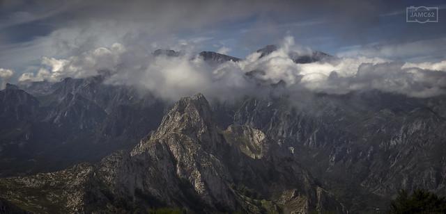 Peña Ventosa desde la Braña de los Tejos. Macizo Oriental entre nubes. / Peña Ventosa peak. View from Braña de los Tejos viewpoint. Oriental massif of Picos de Europa mountain range covered in clouds in the background