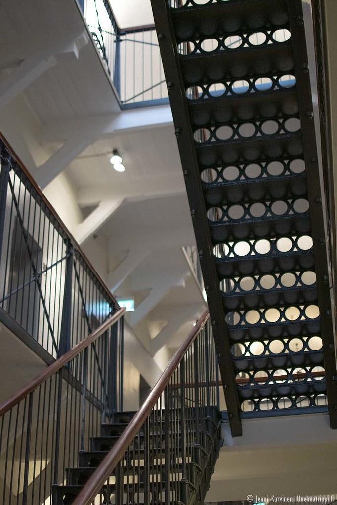 Vanhat rautaiset portaat ovat näyttävän näköiset
