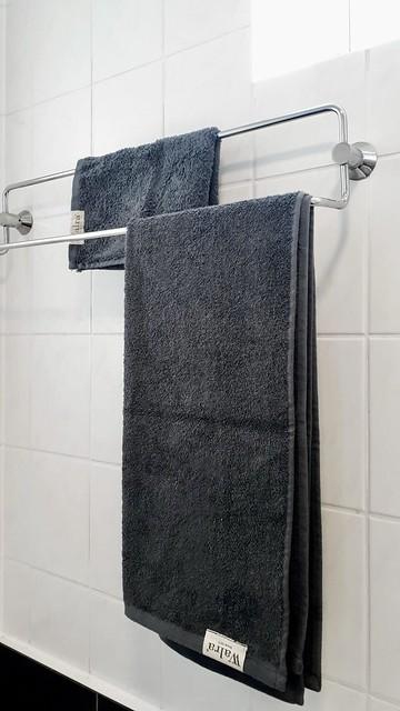 Zwarte Walra handdoeken witte badkamer