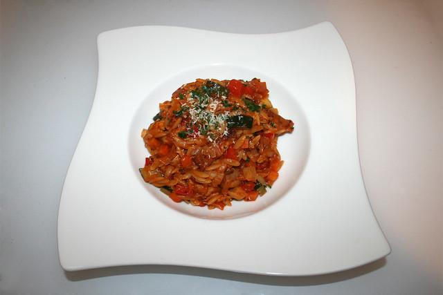 39 - Italian turkey veg orzo - Served / Italienische Kritharaki-Gemüse-Pfanne mit Putenstreifen - Serviert