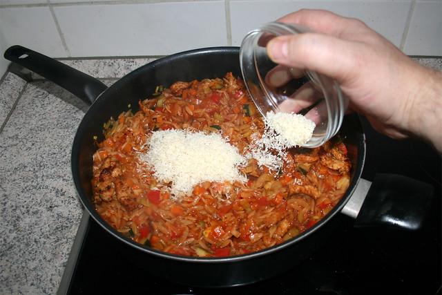 36 - Add grated parmesan / Geriebenen Parmesan hinzufügen
