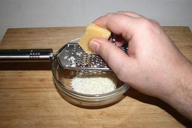 08 - Grate parmesan / Parmesan reiben