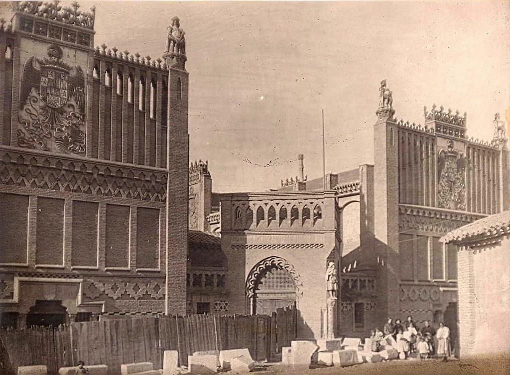 Fotografía anónima de la fachada de la Escuela de Artes e Industrias Artísticas en San Juan de los Reyes de Toledo, 1899. Archivo de Victoria Mélida Ardura