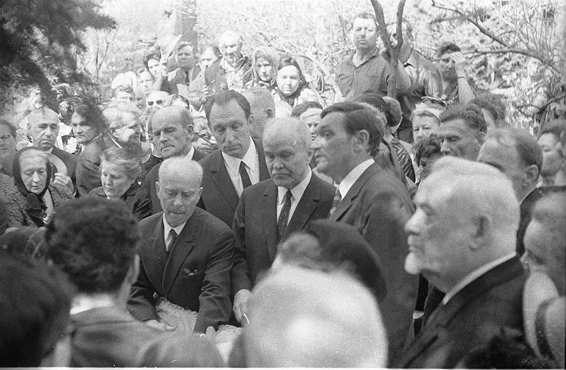1970. Похороны П.Жемчужиной. Новодевичье кладбище. апрель