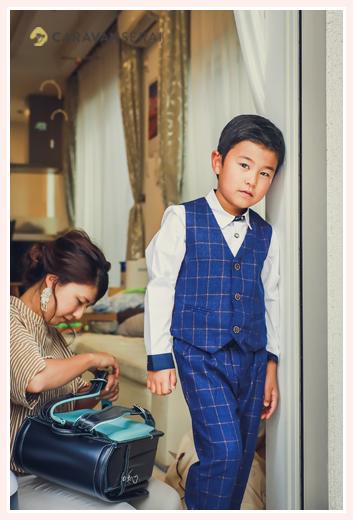 小学校入学記念の写真 ランドセル スーツを着た男の子