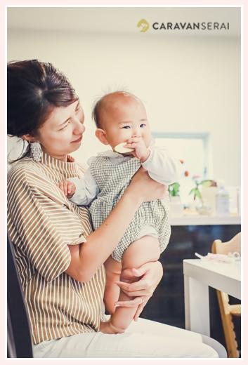 ママの膝の上で立つ赤ちゃん 10か月の女の子