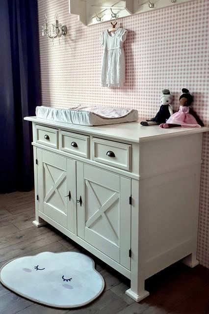 Commode roze behang met blokjes babykamer brocante lamp