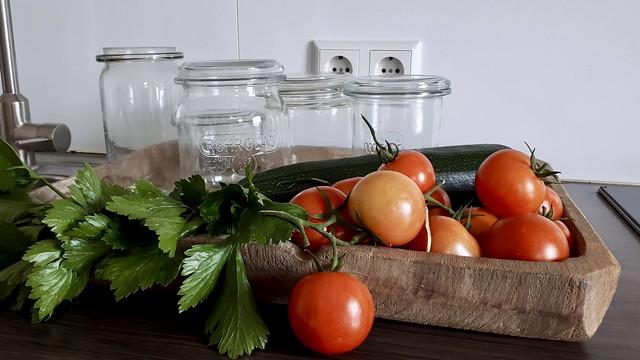 Wekpotten tomaten maggiplant in houten bak aanrecht